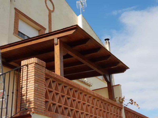 Cubierta de madera para entrada a vivienda
