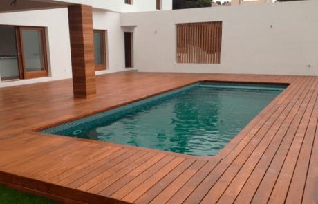piscina con suelos de madera